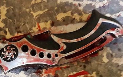 The knife of a Palestinian assailant who stabbed a Border Police officer in Jerusalem's Old City, November 29, 2015. (Israel Police)
