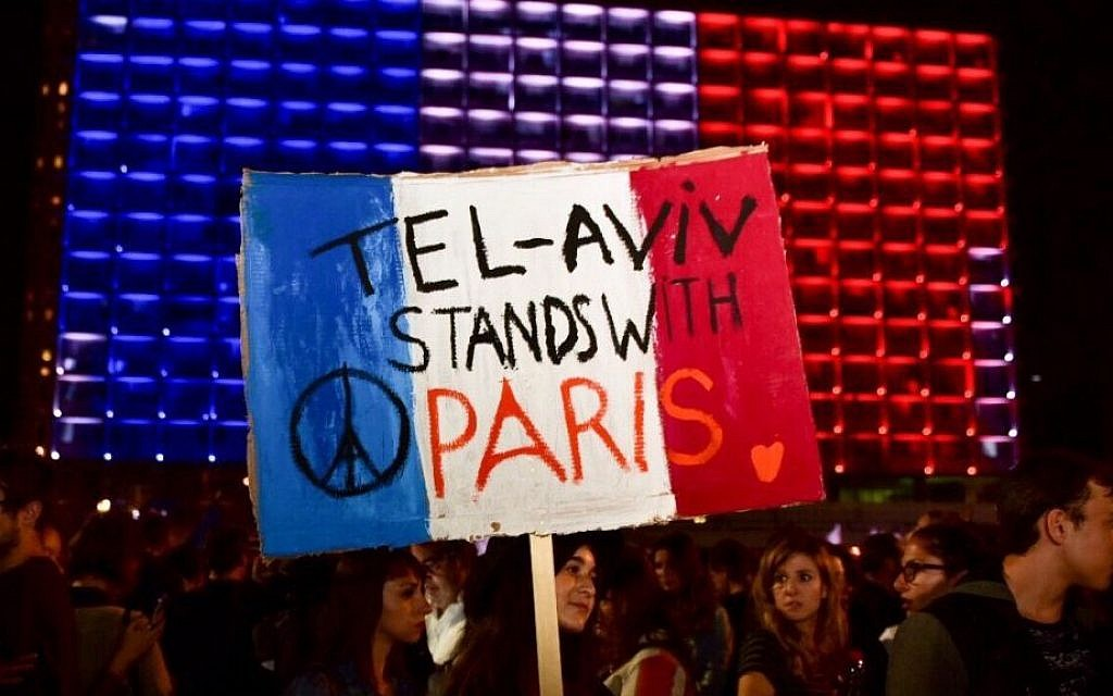 Israeli gather in tribute to the victims of Paris' attacks, at Rabin Sq. on November 14, 2015.  (Alexi Rosenfeld, courtesy)