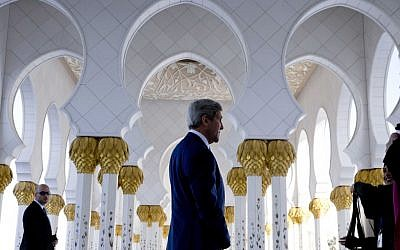US Secretary of State John Kerry visits the Sheikh Zayed Grand Mosque in Abu Dhabi, United Arab Emirates, on Monday, Nov. 23, 2015. (Photo by AP Photo/Jacquelyn Martin, Pool)