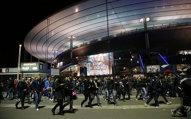 Fans leave the Stade de France amid a stream of fatal attacks in Paris, including explosions near the stadium, November 13, 2015. (Foto AP/Michel Euler)