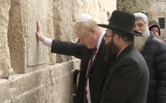 London Mayor Boris Johnson at the Western Wall during his visit to Israel, November 2015 (Guardian screenshot)