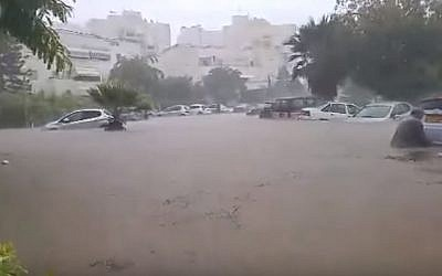 Cars immersed in water as flash floods hit the city of Ashkelon, November 9, 2014. (Screenshot from YouTube)