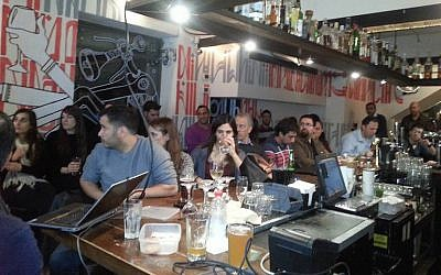 Participants at a Entrepreneuship at the Bar event in Tel Aviv, February 19, 2015 (Courtesy)