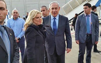 Prime Minister Benjamin Netanyahu prepares to board a plane headed to the US, November 8, 2015 (PMO)