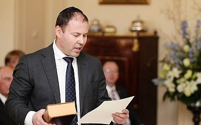 Resources, Energy and Northern Australia Minister Josh Frydenberg is sworn in by Governor-General Sir Peter Cosgrove during the swearing-in ceremony of the new Turnbull Government at Government House on September 21, 2015 in Canberra, Australia(Photo/Stefan Postles/Getty Images/Pool Via AP)