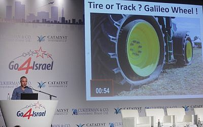 Alon Hayka (L) presents Galileo Tires to an audience at the Go4Isreal event, October 26, 2015 (COurtesy)