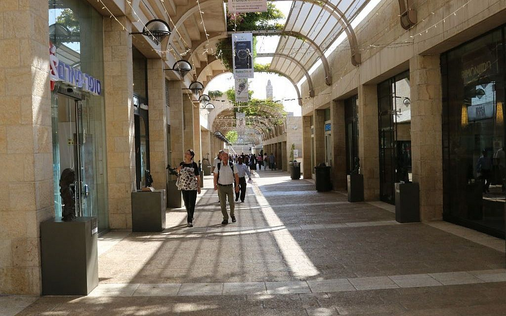 Shopping at the Mamilla mall (Shmuel Bar-Am)