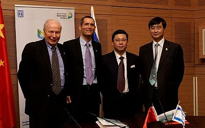 Officials of Oramed and HLST at the signing, November 30, 2015. (L to R): Prof. Avram Hershko, Oramed Scientific Advisory Board; Nadav Kidron, Oramed CEO; Bin Zhou, Sinopharm Vice General President;  Xiaoming  Gao, HTIT Chairman (Maoz Vaystooch)