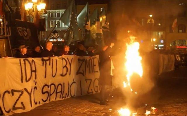 Anti-refugee demonstrators burn effigies of Orthodox Jews at a protest in Wroclaw  on November 18, 2015. (screen shot: Gazeta Wyborcza)