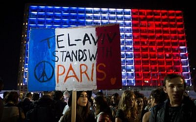 Hundreds of Israelis attend a rally at Rabin square in Tel Aviv, in solidarity with Paris, and in tribute of the victims killed in last night's terror attacks in Paris, France. November 14, 2015. (Miriam Alster/FLASH90)