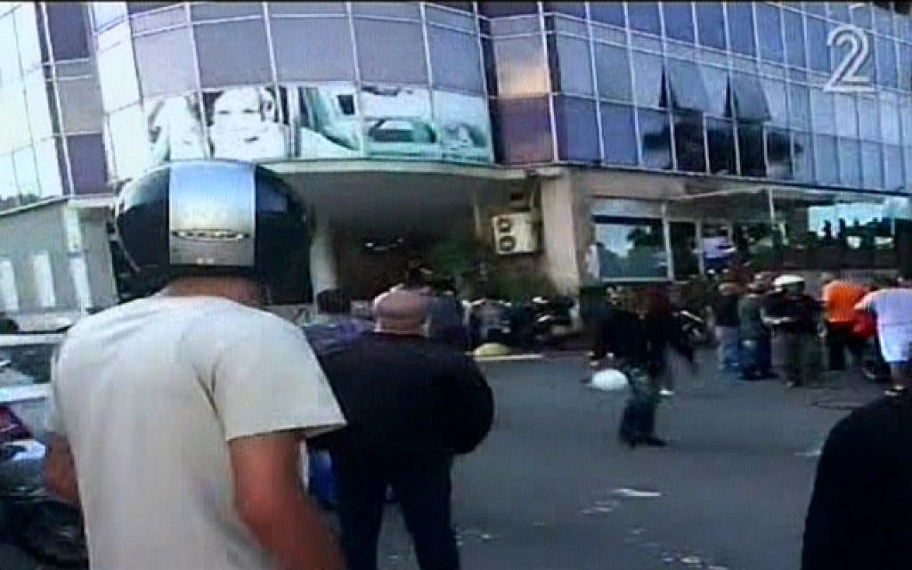 The scene of a stabbing attack in Tel Aviv on November 19, 2015. (Screen capture: Channel 2)