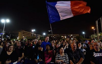 Hundreds of Israelis at a rally in Rabin Square in Tel Aviv in solidarity with Paris, November 14, 2015. (Gili Yaari/FLASH90)