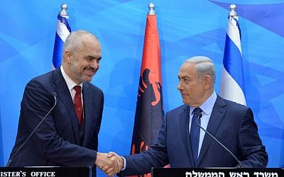Prime Minister Benjamin Netanyahu poses for a picture with his Albanian counterpart, Edi Rama, ahead of a meeting in Jerusalem in 2015. (Kobi Gideon/GPO)