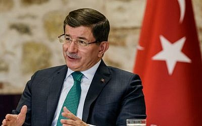 Turkish Prime Minister Ahmet Davutoglu speaks during a meeting with foreign media at the prime minister's office in Istanbul, December 9, 2015. (AFP/Ozan Kose)
