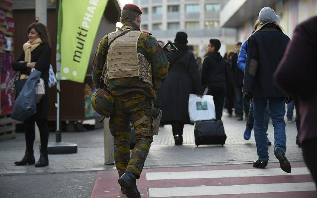 Soldiers patrol in Brussels, on December 31, 2015.  Battling terror on two fronts, Belgian police were holding eight people Thursday over an alleged New Year plot in Brussels and also arrested a tenth suspect over last month's massacre in Paris. (AFP / JOHN THYS)