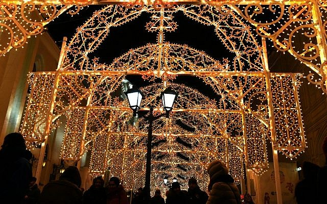 Pedestrians cross an illuminated street in central Moscow on New Year's eve, December 31, 2015. (AFP/Vasily Maximo)