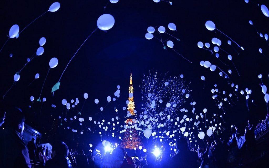 People release balloons to celebrate the New Year at the Prince Park Tower in Tokyo on January 1, 2016.  (AFP/Kazuhiro Nogi)