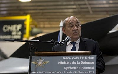 French Defense Minister Jean-Yves Le Drian delivers a speech to the crew during a visit to France's Charles de Gaulle aircraft carrier on New Year's Eve, December 31, 2015 in Manama. (AFP / POOL / KENZO TRIBOUILLARD)