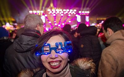 A Japanese tourist attends a New Year's party on December 31, 2015 at the Brandenburg Gate in Berlin.  (AFP / dpa / Wolfram Kastl)