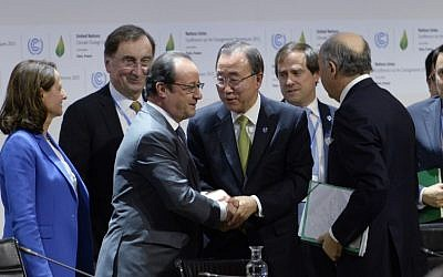 French President Francois Hollande (L) shakes hands with United Nations Secretary General Ban Ki-moon (C) after a statement at the COP21 Climate Conference in Le Bourget, north of Paris, on December 12, 2015. (AFP PHOTO / MIGUEL MEDINA)
