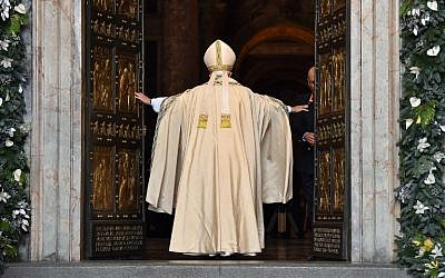 "Pope Francis opens a ""Holy Door"" at St Peter's basilica to mark the start of the Jubilee Year of Mercy, the Vatican, December 8, 2015. (AFP/VINCENZO PINTO)"