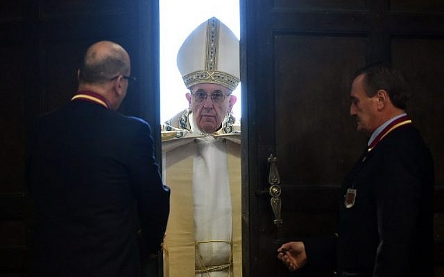 "Pope Francis opens the ""Holy Door"" at St Peter's Basilica to mark the start of the Jubilee Year of Mercy, the Vatican, December 8, 2015. (AFP/ALBERTO PIZZOLI)"