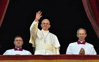 Pope Francis waves from the balcony of St Peter's basilica during the traditional 'Urbi et Orbi' Christmas message to the city and the world, on December 25, 2015 at St Peter's square in Vatican. (AFP PHOTO/VINCENZO PINTO)