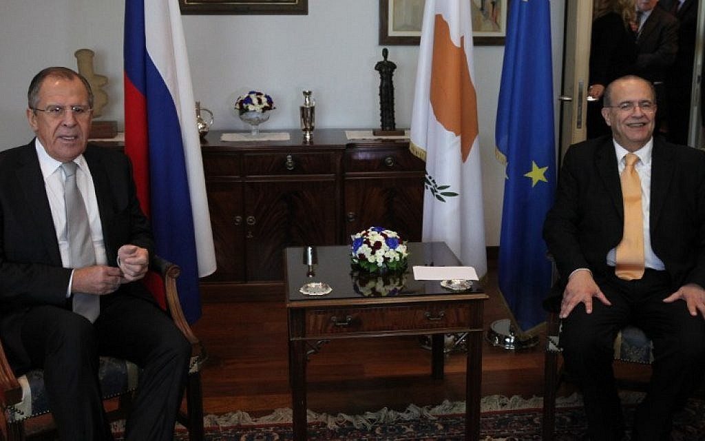 Cypriot Foreign Minister Ioannis Kasoulides, right, and his Russian counterpart Sergei Lavrov pose for a picture before their meeting in Nicosia on December 2, 2015. (AFP/POOL/Yiannis Kourtoglou)