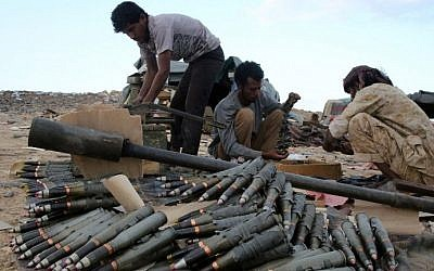 Yemeni tribesmen from the Popular Resistance Committees, supporting forces loyal to Yemen's Saudi-backed President Abedrabbo Mansour Hadi, prepare and review ammunition in the area of Sirwa, east of the capital Sanaa on December 14, 2015. AFP PHOTO / ABDULLAH AL-QADRY / AFP)