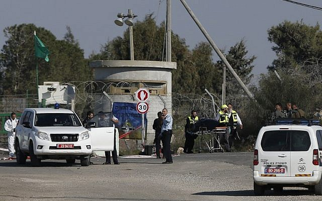 Israeli security forces stand guard as volunteers evacuate the body of a Palestinian man who was shot dead after he rammed his car into a group of Israeli soldiers near a military post northeast of Jerusalem on December 24, 2015 (AFP PHOTO/AHMAD GHARABLI)