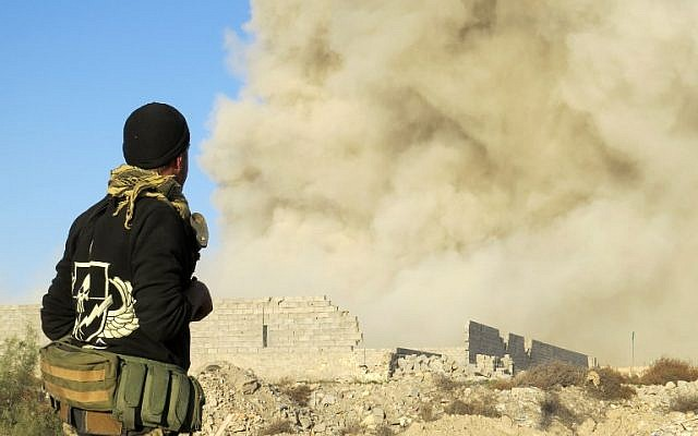 File: An Iraqi pro-government forces member watches smoke billowing in Ramadi's Hoz neighbourhood, about 110 kilometers west of the capital Baghdad, during military operations conducted by Iraqi forces against the Islamic State (IS) jihadist group, on December 27, 2015. (AFP PHOTO / STR)