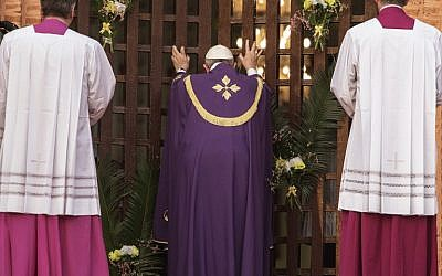 """Pope Francis makes a symbolic gesture by opening a """"Holy Door"""" at Bangui Cathedral in the Central African Republic ahead of the start of a Catholic Jubilee Year, November 29, 2015. (AFP/GIANLUIGI GUERCIA)"""