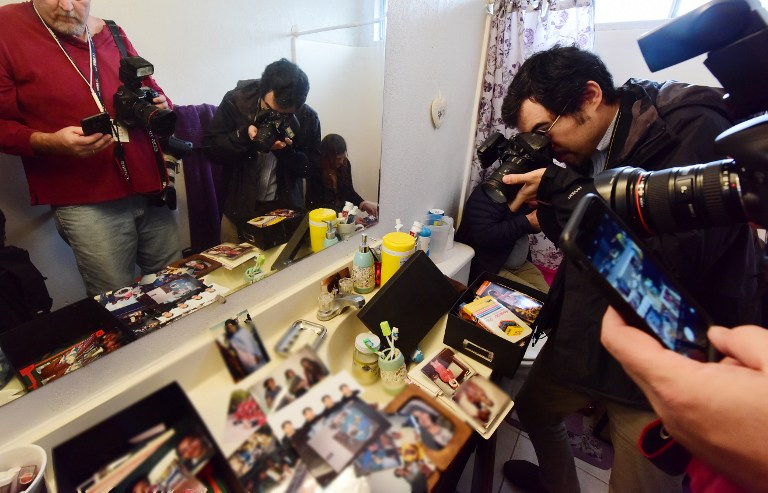 Journalists take photos inside the bathroom in the Redlands, California home of San Bernardino shooting suspect Syed Farook on December 4, 2015 . (AFP PHOTO/ROBYN BECK)