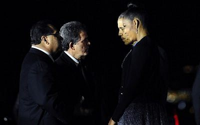 US President Barack Obama and US first lady Michelle Obama greet San Bernardino Mayor R. Carey Davis (C) and Supervisor James Ramos (L) at San Bernardino International Airport December 18, 2015 in California. where they visited victims of a mass shooting earlier this month. (AFP PHOTO/WALLY SKALIJ)