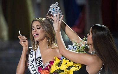 Miss Colombia Ariadna Gutierrez (L) is mistakenly crowned Miss Universe 2015 by Miss Universe 2014 Paulina Vega (R) during the 2015 MISS UNIVERSE show at Planet Hollywood Resort & Casino, in Las Vegas, California, on December 20, 2015. (Valerie Macon/AFP)