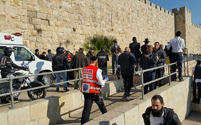 Police and rescue services at the scene of a stabbing attack outside of Jaffa Gate to the Old City of Jerusalem on December 23, 2015 (United Hatzalah)