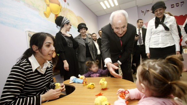 Israel's President Shimon Peres visits the Haredi College of Jerusalem. November 20, 2011. (Uri Lenz/FLASH90)