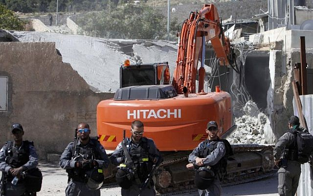 Illustration. Israeli security forces stand guard during the demolition of a family home built without a permit in the East Jerusalem neighborhood of Al-Tur on April 24, 2013. (Sliman Khader/Flash90)