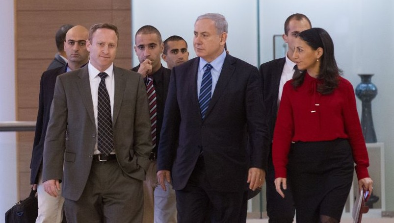 Prime Minister Benjamin Netanyahu flanked by former chief of staff Ari Harow (left) and