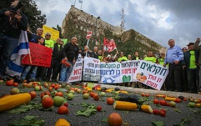 Israeli farmers demonstrating in front of the Knesset and the Finance Ministry in Jerusalem on November 9, 2015. (Hadas Parush/Flash90)