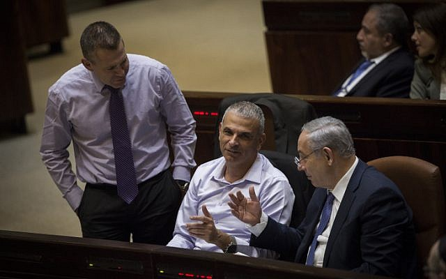 Prime Minister Benjamin Netanyahu, right, and Finance Minister Moshe Kahlon, center, during a vote at the assembly hall of the Israeli parliament, November 18, 2015. (Hadas Parush/Flash90)