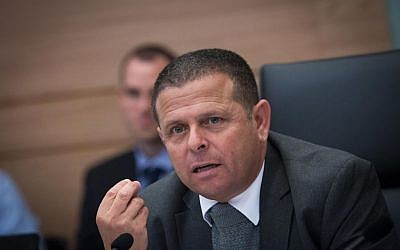 Knesset Economics Committee Chair MK Eitan Cabel (Zionist Union) in a committee meeting about the controversial natural gas deal, December 2, 2015. (Miriam Alster/Flash90)