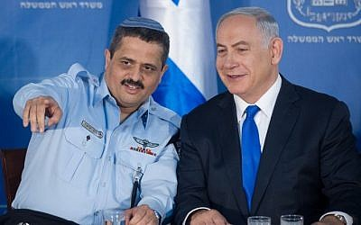 Chief of Police Roni Alsheich ((left) with Prime Minister Benjamin Netanyahu at a welcoming ceremony held in Alsheich's honor, at Prime Minister Benjamin Netanyahu's office in Jerusalem, on December 3, 2015. (Miriam Alster/FLASH90)
