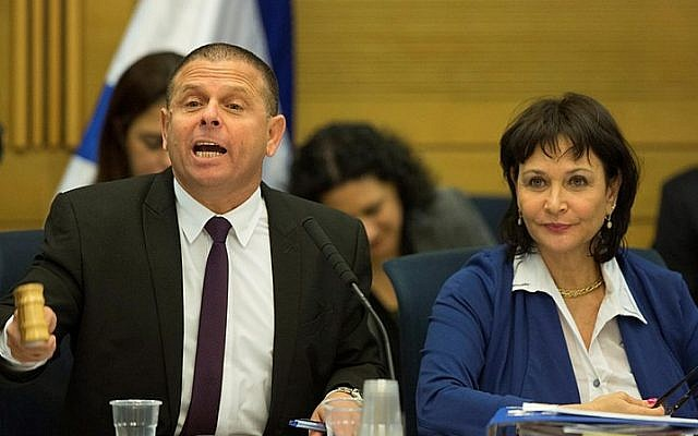 Chairman of the Knesset's Economic Affairs Committee, Eitan Cabel (L) reacts during in a committee meeting on December 8, 2015. (Yonatan Sindel/Flash90)