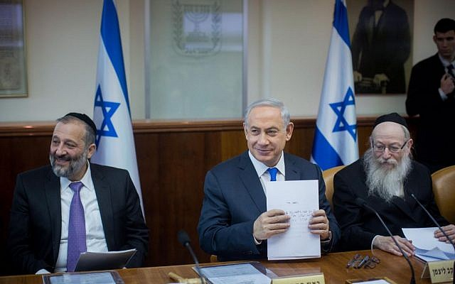 Negev and Galilee Minister Aryeh Deri (left), Prime Minister Benjamin Netanyahu (center) and Health Minister Yaakov Litzman  at the weekly cabinet meeting in the Prime Minister's Office, Jerusalem, December 20, 2015. (Yonatan Sindel/Flash90)
