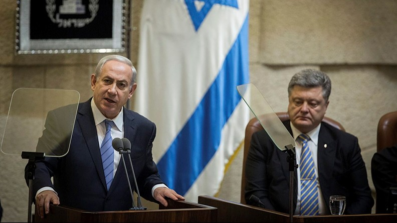 Prime Minister Benjamin Netanyahu speaks during a special plenary session held in honor of visiting Ukrainian President Petro Poroshenko (R) at the Knesset, Jerusalem, on December 23, 2015. (Flash90/Hadas Parush)