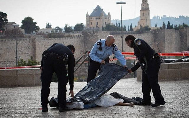 Security forces at the scene where a stabbing attack was thwarted near the Jaffa Gate by Jerusalem's Old City, on December 26, 2015 (Flash90)