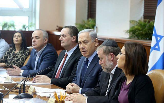 Prime Minister Benjamin Netanyahu, center, leads a cabinet meeting at the Prime Minister's Office, Jerusalem, December 30, 2015. (Marc Israel Sellem/POOL)