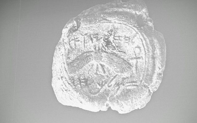 A stamp seal, found in Jerusalem, bearing the name of the biblical king Hezekiah (Ouria Tadmor courtesy of Hebrew University)