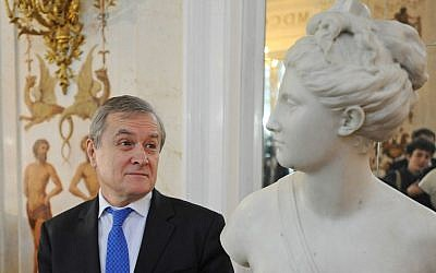 Poland's Culture Minister Piotr Glinski looks the marble bust of the antique goddess Diana during a ceremony of return at the Lazienki Palace in Warsaw, Poland, Friday, December 18, 2015 (AP/Alik Keplicz)